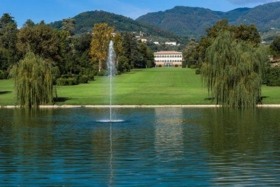 Facciata e lago di Villa Reale di Marlia