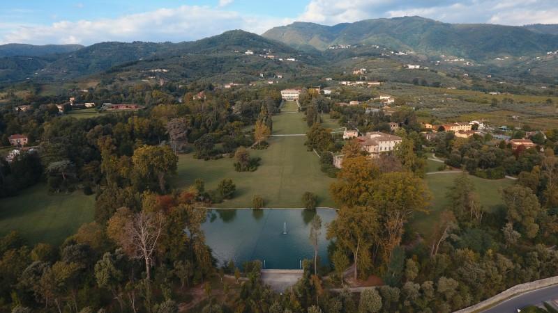 veduta aerea del lago e della villa reale - Marlia