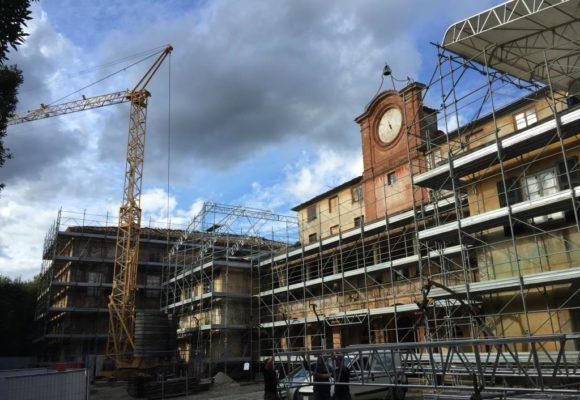 imponenti lavori di restauro palazzina dell'orologio Villa Reale