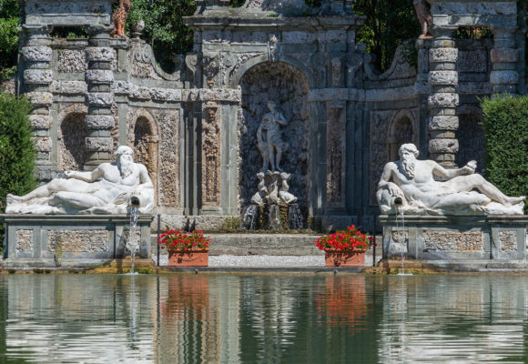 Statue rappresentanti i fiumi Arno e Serchio, ninfeo di Leda sullo sfondo - Villa Reale di Marlia