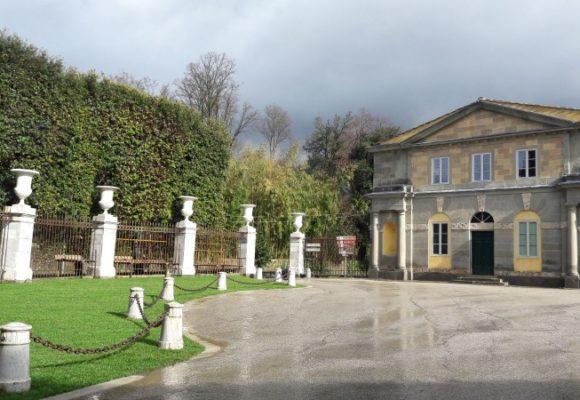 Le palazzine gemelle restaurate e il cortile di ingresso