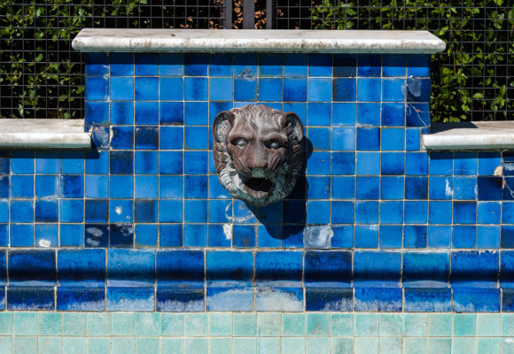 Particolare scultoreo, piscina di Villa Reale di Marlia