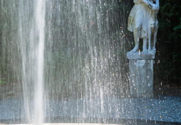 Teatro di Verzura, fontana e statua