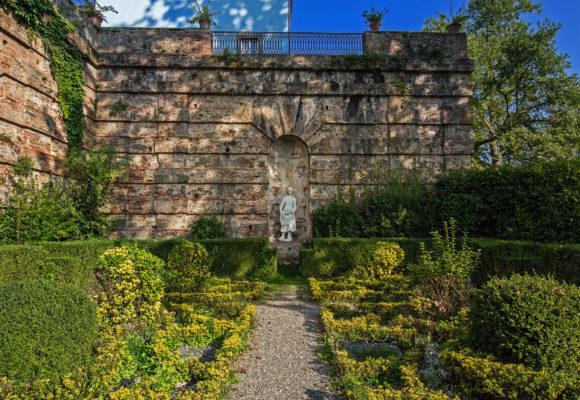 Giardino all'Italiana, adiacente la Villa del Vescovo